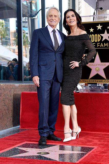 Майкл Дуглас с Кэтрин Зетой-Джонс, отцом Кирком и сыном Кэмероном открыл звезду на