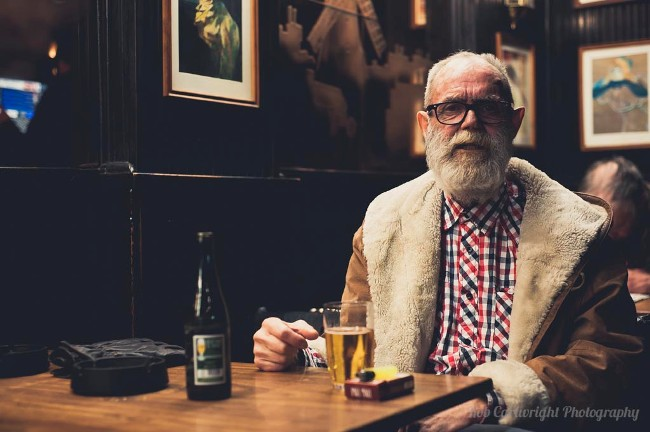 kobenhavn-danmark-copenhagen-denmark-scandinavia-city-break-holiday-travel-rob-cartwright-portrait-old-elderly-man-bokeh-pub-bar-coat-beard-glasses1