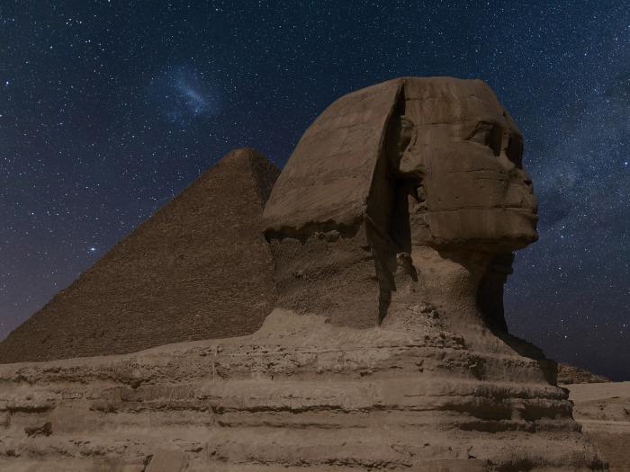 Египетские пирамиды находятся в глубине пустыни.