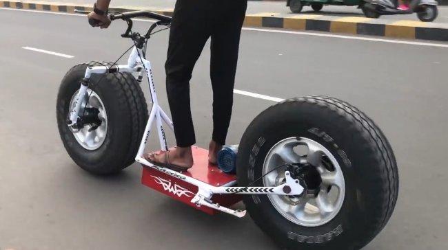 Электроскутер с огромными колесами