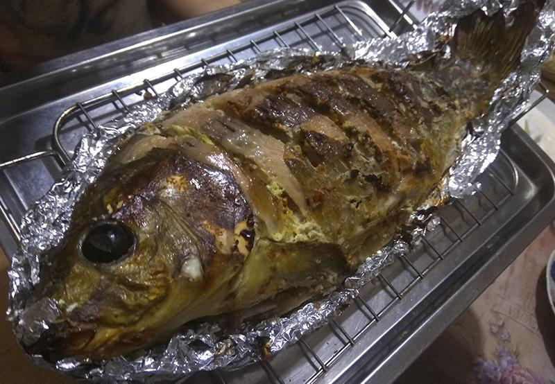 Муж-рыбак чистит и готовит р…