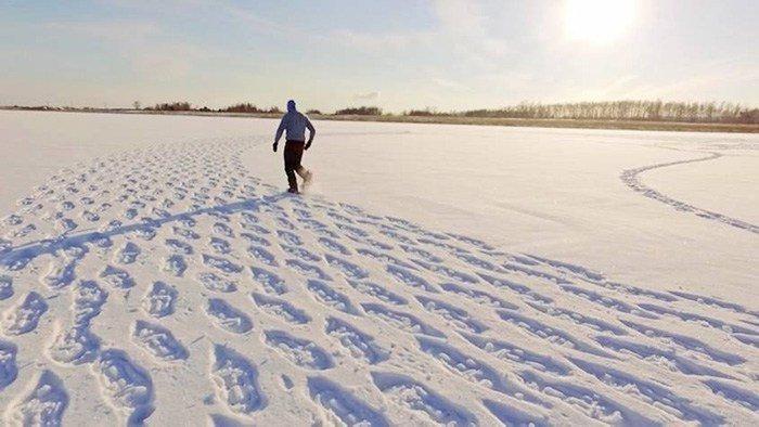 Сначала никто не мог понять, зачем он топчет снег… Но результат его трудов превзошел все ожидания!