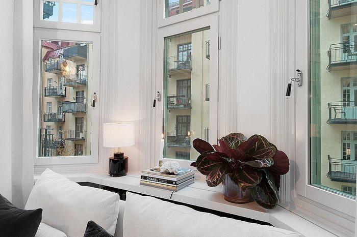 В квартире есть большое окно из трёх секций.