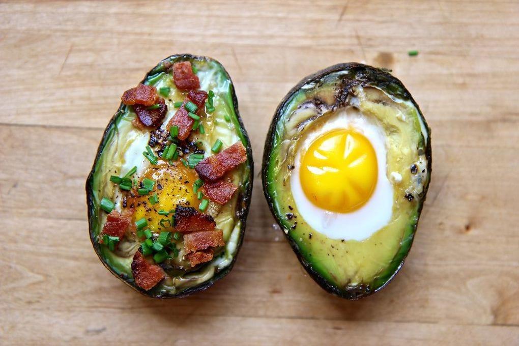 Глазунья в авокадо — очень простой, вкусный и питательный завтрак