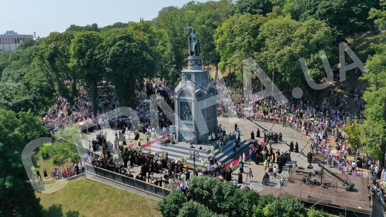 Большой крестный ход УПЦ идет по Киеву. Обновляется