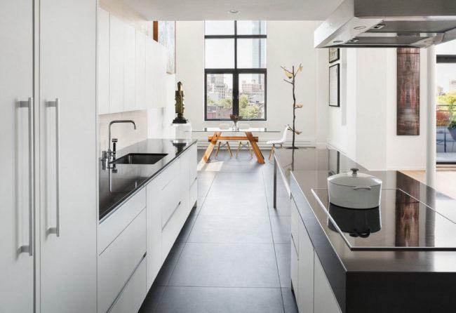 Перенос кухни в коридор позволяет расширить гостиную или обустроить просторную обеденную зону