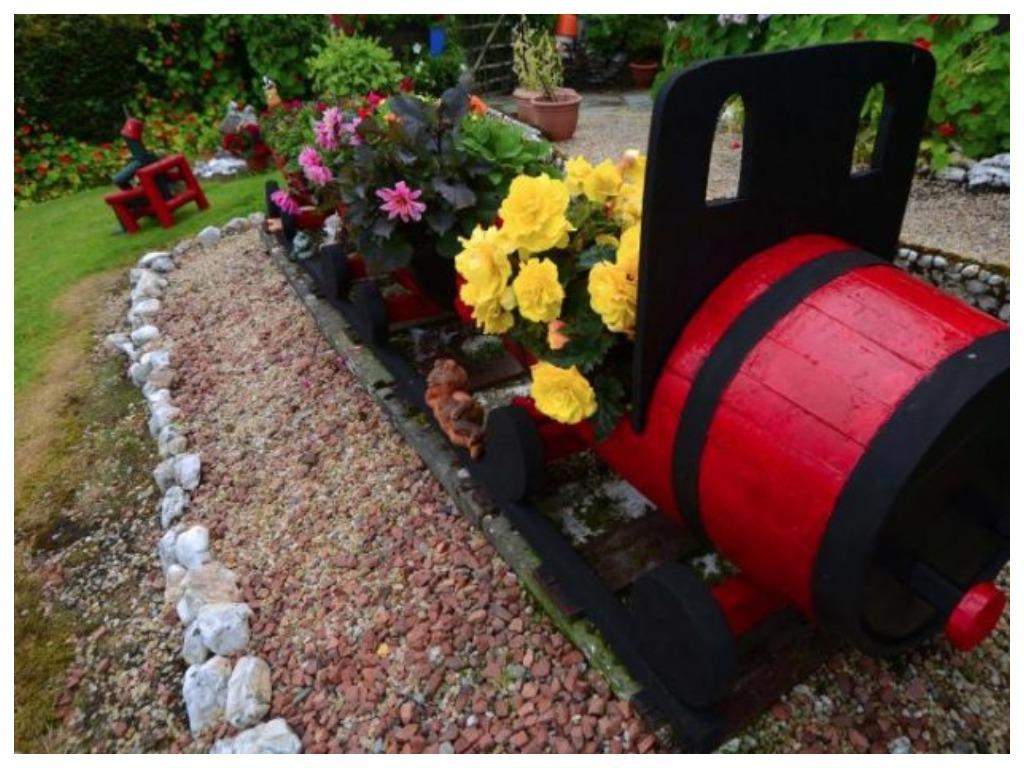 Мужчина потратил 16 лет, чтобы превратить свой сад в настоящий цветочный рай. Сегодня люди с разных концов света приезжают, чтобы увидеть его воочию