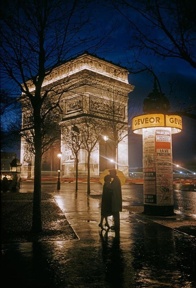 Молодые влюблённые обнимаются рядом с Триумфальной аркой в Париже, 1960 national geographic, неопубликованное, фото