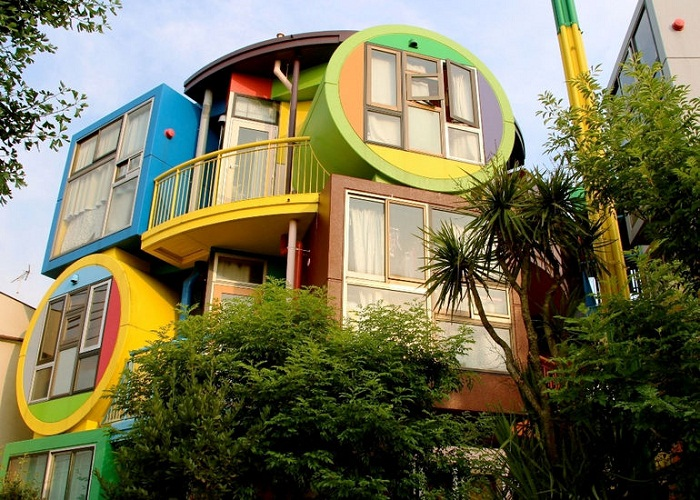 Яркие красочные чердаки «Обратимой судьбы» украшают жилой квартал окраины Токио (Reversible-Destiny Lofts).