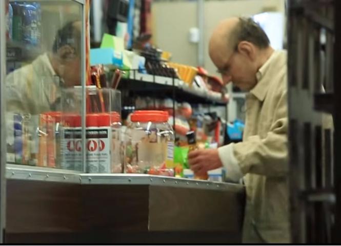 15-летний парень ловко выдал себя за дряхлого деда, чтобы купить спиртное (ВИДЕО)