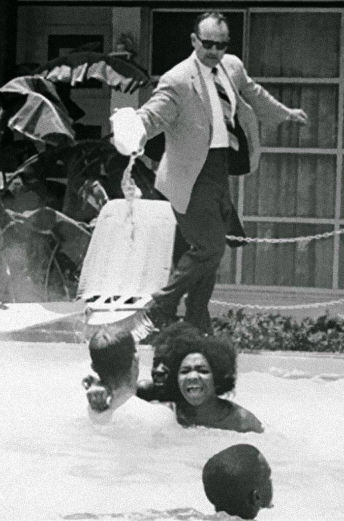 """Размер: 125.2 Кб Кликните, чтобы посмотреть в натуральную величину (Если вместо картинки крестик,то кликнуть правой кнопкой мыши и выбрать """"Показать рисунок"""") Менеджер отеля льёт кислоту в бассейн, в котором плавают негры, 1964 год. жизнь, прошлое, ситуация, факт"""