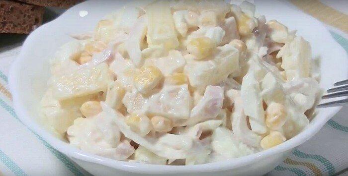 Новый легкий салат с кальмарами и ананасом