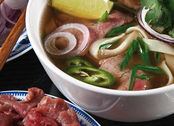 Суп по-ханойски с кусочками сырой говядины