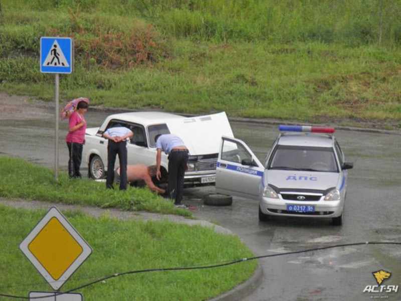 Инспекторы ДПС помогли новосибирцу с ремонтом автомобиля на трассе