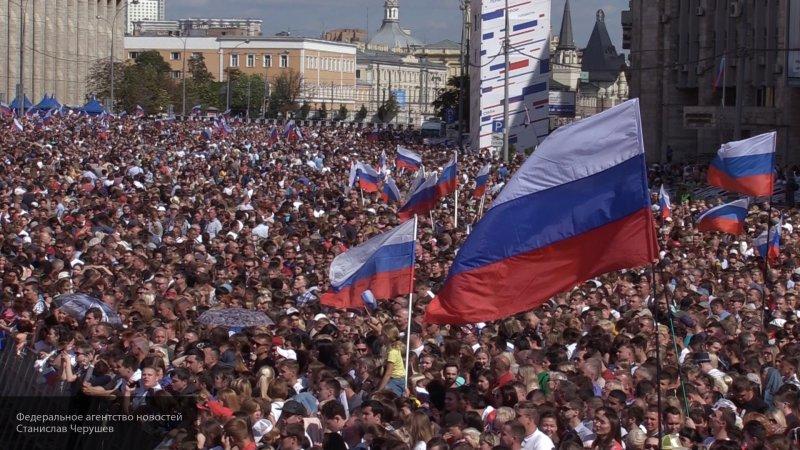 Концерт и флешмоб прошел в День российского флага в Ростовской области