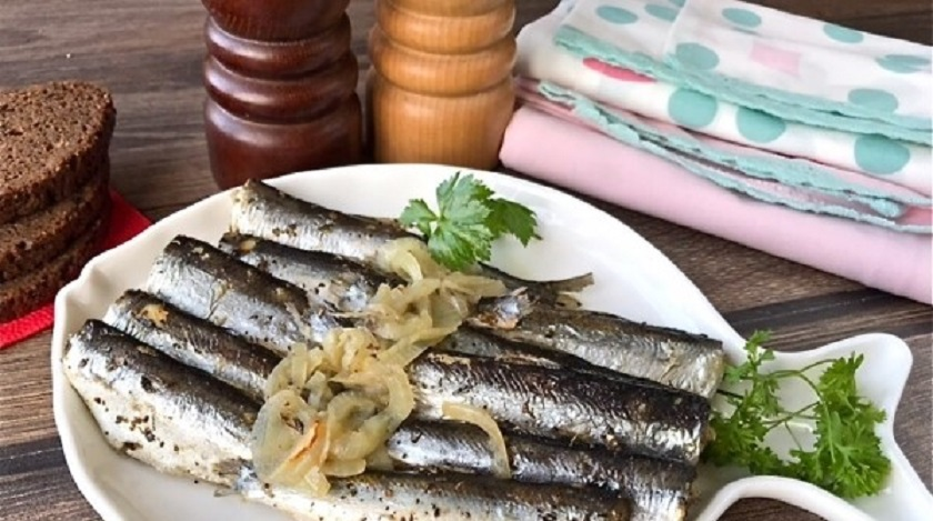 Салака на луковой подушке, запеченная в духовке: море пользы и вкуса