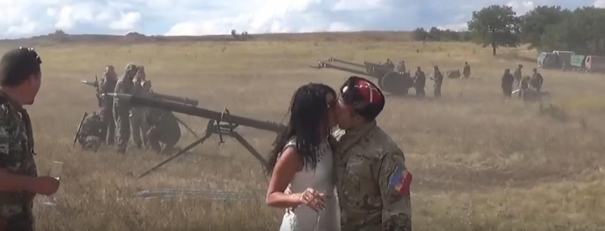 Свадьба на передовой: в Сеть попали кадры церемонии под торжественные залпы «Градов»...
