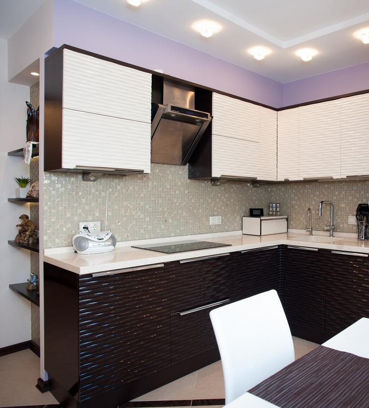 Угловая кухня 5 кв. метров в черно-белых тонах
