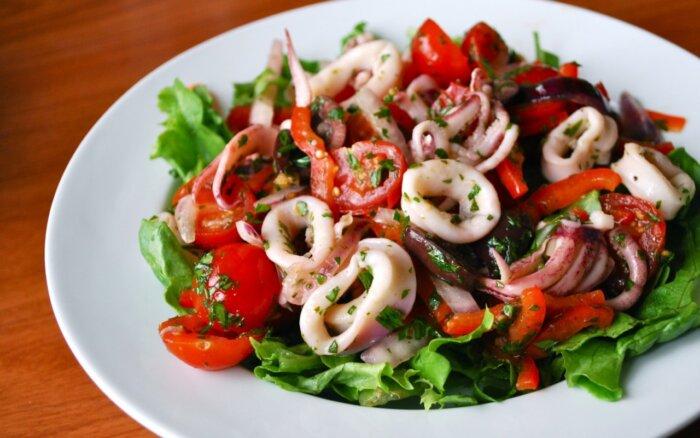 Салат с кальмарами самый вкусный рецепт без майонеза
