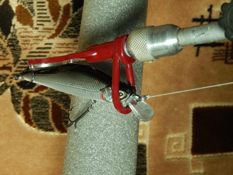 Головка отцепа, по натянутому шнуру, опускается до зацепившегося, например за корягу, воблера...