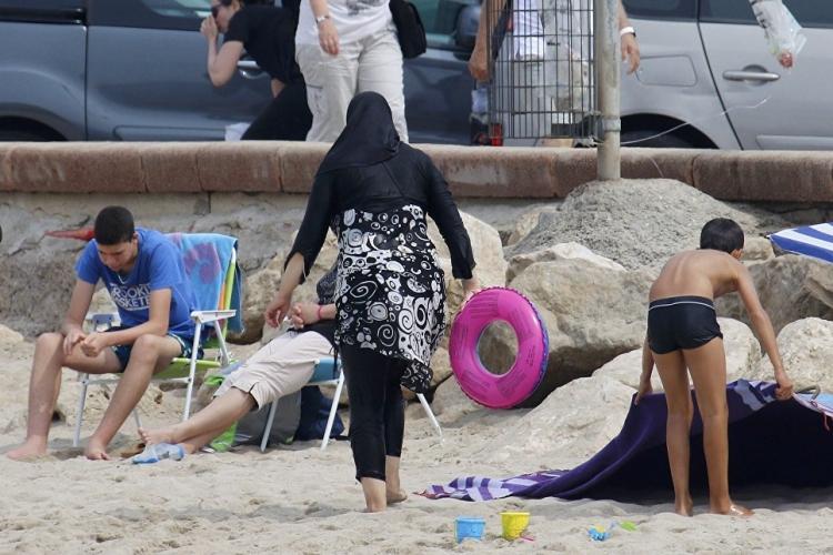 Во Франции отказались от запрета на буркини