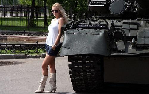 Блондинка на танке фото