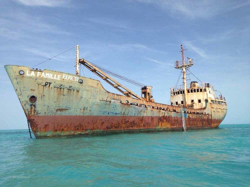 Корабль La Famille Express, состоявшее ранее на вооружении ВМФ СССР под названием «Форт Шевченко», сел на мель в южных водах Теркса и Кайкоса — британской заморской территории в Карибском море выброшенные, жизнь, катастрофа, корабли, красота, невероятное