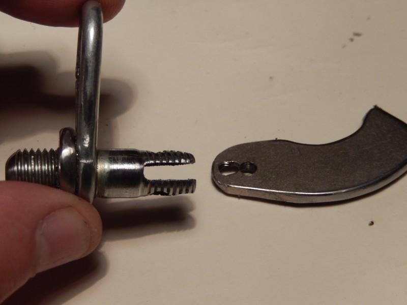 В шпильке сделал проточку под магнит, и два отверстия с резьбой, для его крепления.