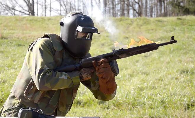 Проверили АК-47: расплавили в руках стрелка