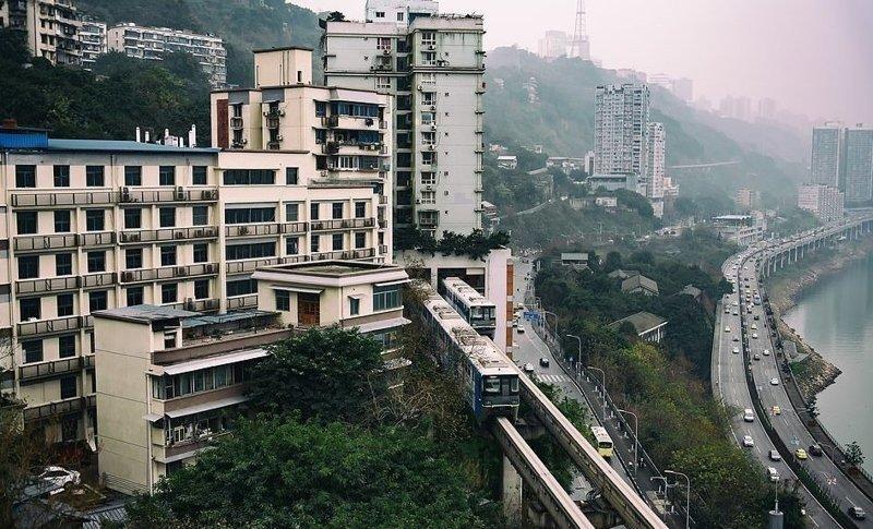 Легкий монорельс в Чуньцине, построенный специально для проезда через арки жилых домов виды, города, китай, красота, необыкновенно, пейзажи, удивительно, фото