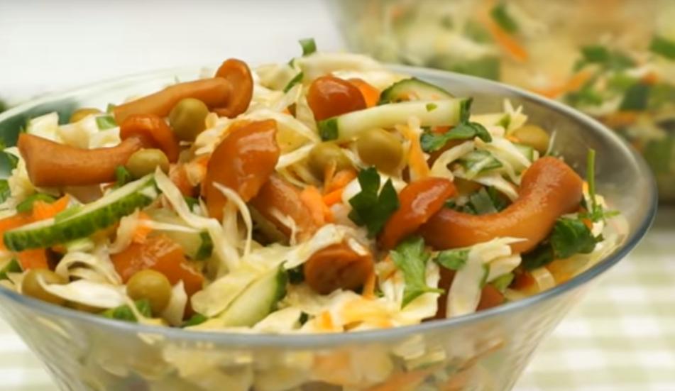 Салат с капустой и маринованными опятами