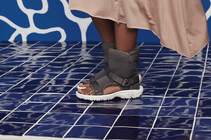Самая тупая обувь на свете — гибрид уггов и сандалий