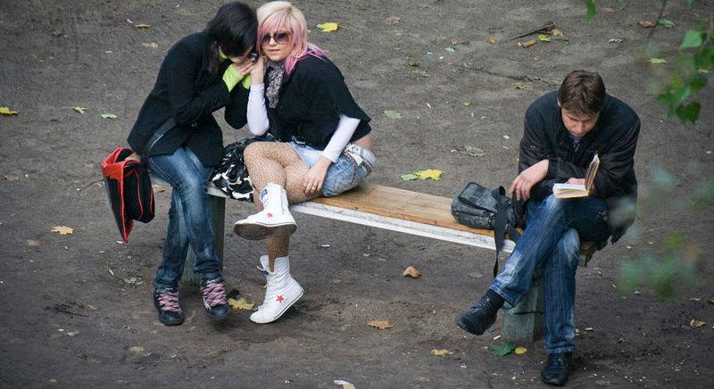 Фотограф четыре года снимал, что происходит на лавочке в украинском дворе. Некоторые кадры шокируют