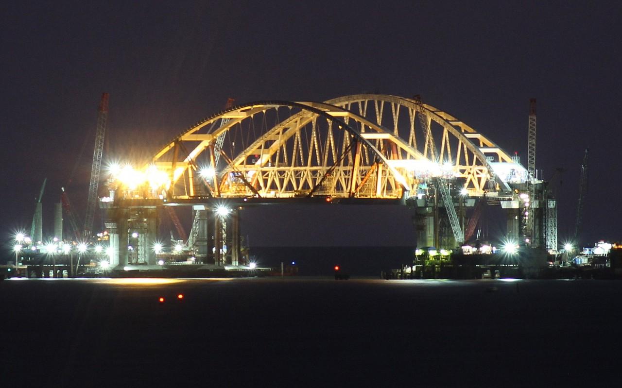 Автомобильную арку Крымского моста установили рядом с железнодорожной.