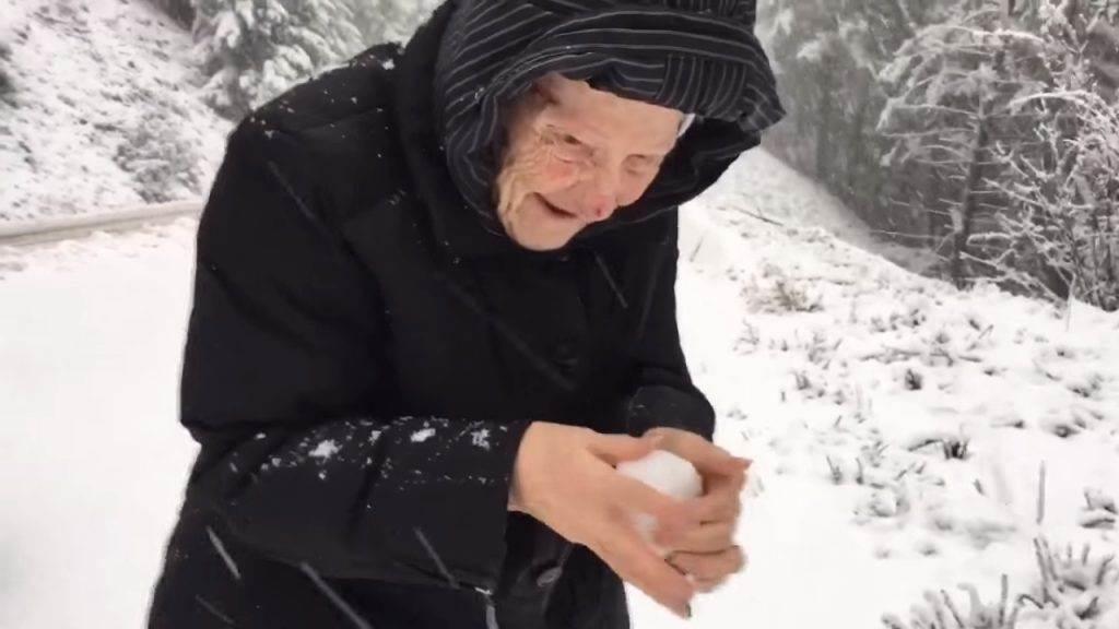Его 101-летняя мама попросила остановить машину, а потом случилось то, что он не забудет никогда!