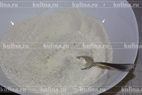 Смешать муку с разрыхлителем, добавить щепотку соли.
