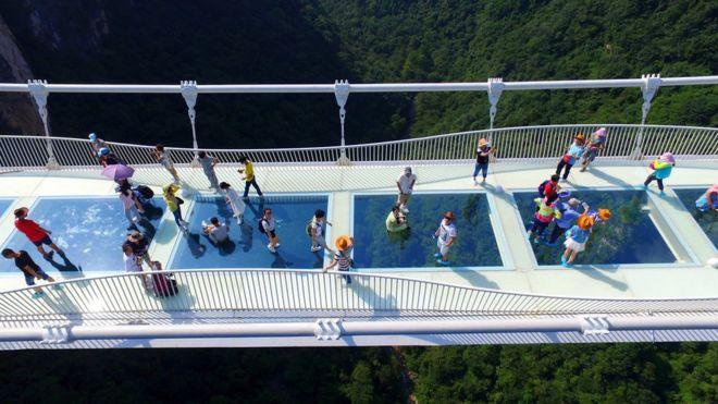 Туристы поучаствовали во флешмобе на стеклянном мосту