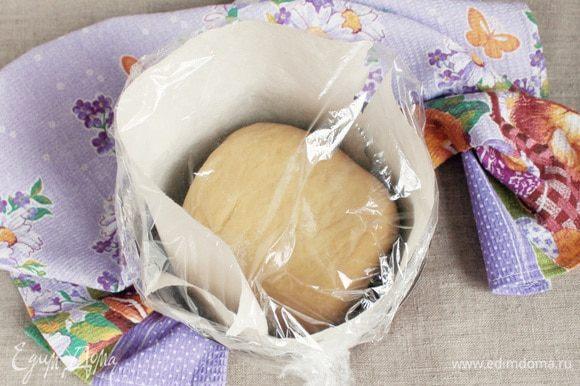 Дно и стенки формы для кулича (диаметр моей — 16 см) проложить пергаментом для выпечки. Положить рулет в форму швом вниз. Накрыть пищевой пленкой и оставить для расстойки в теплом месте на 1,5–2 часа.