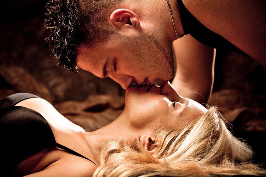 Для, картинки женщина целует мужчину