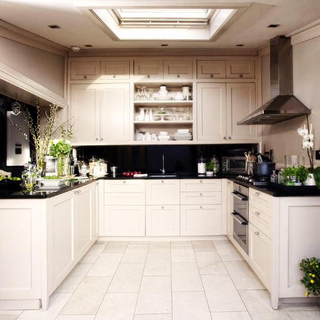 Кухня в цветах: черный, серый, белый, коричневый. Кухня в стиле классика.