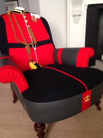 Вот это креатив! Антикварные кресла с обивкой из мужских пальто.