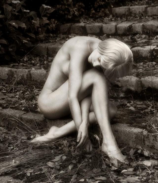 Девушка на ступеньках среди листьев. Авторы Тревор и Фэй Йербери