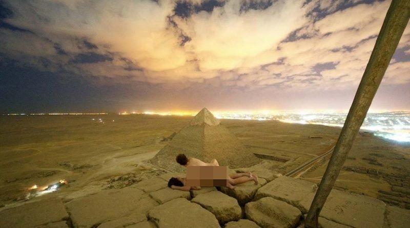 Египтяне в гневе: туристы сфотографировались голыми на вершине пирамиды Хеопса