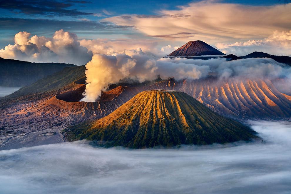 Бромо — действующий вулкан в Индонезии, входящий в вулканический комплекс Тенгер