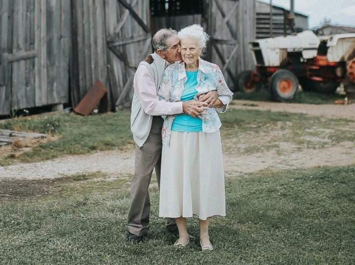 68 лет вместе: возрастные супруги сделали трогательную совместную фотосессию