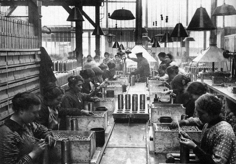 Женщины заполняют шрапнелью артиллерийские снаряды на военном заводе. ПМВ, Франция, 1915 год. история, ретро, фото