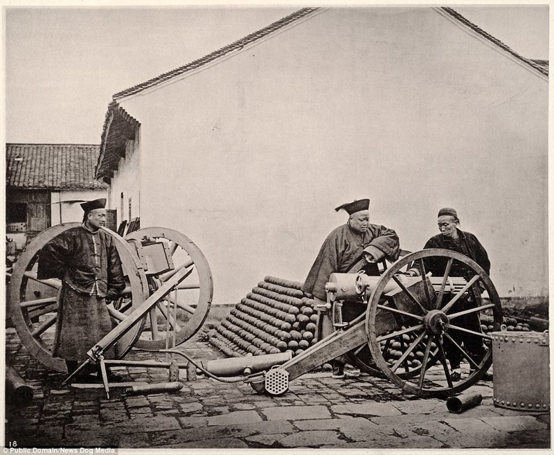 Мужчины возле пушки, Нанкин, 1872 год Цин, китай, фотография, эпоха