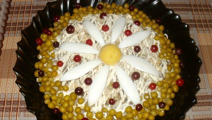 Красивый и вкусный салат «Ромашка» с куриными сердечками