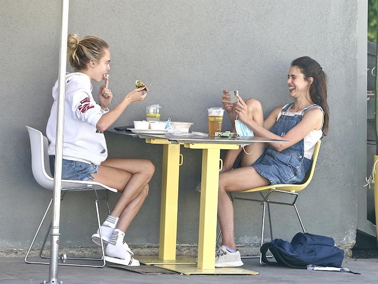 Такая крепкая дружба или как Кара Делевинь снова провоцирует слухи о романе — на этот раз с Кайей Гербер Звезды,Новости о звездах