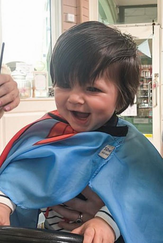 Малыш родился с такой шевелюрой, что к полутора годам его пришлось 9 раз сводить к парикмахеру: фото